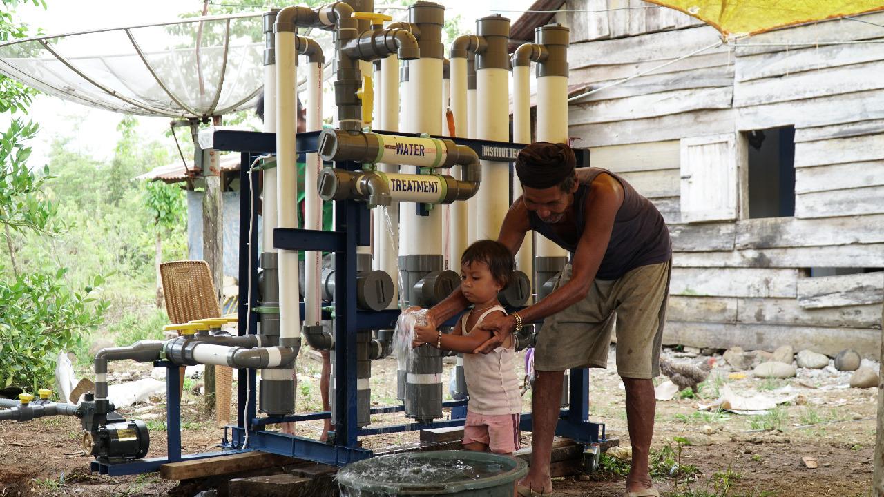 """Kebahagiaan Warga Pancung Soal Terima """"Water Treatment"""" Buatan ITP"""